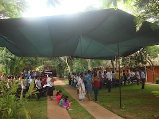 Durante la oración, dirigida por una hermana guatemalteca, los participantes saludaron y bendijeron los cuatro lados del mundo
